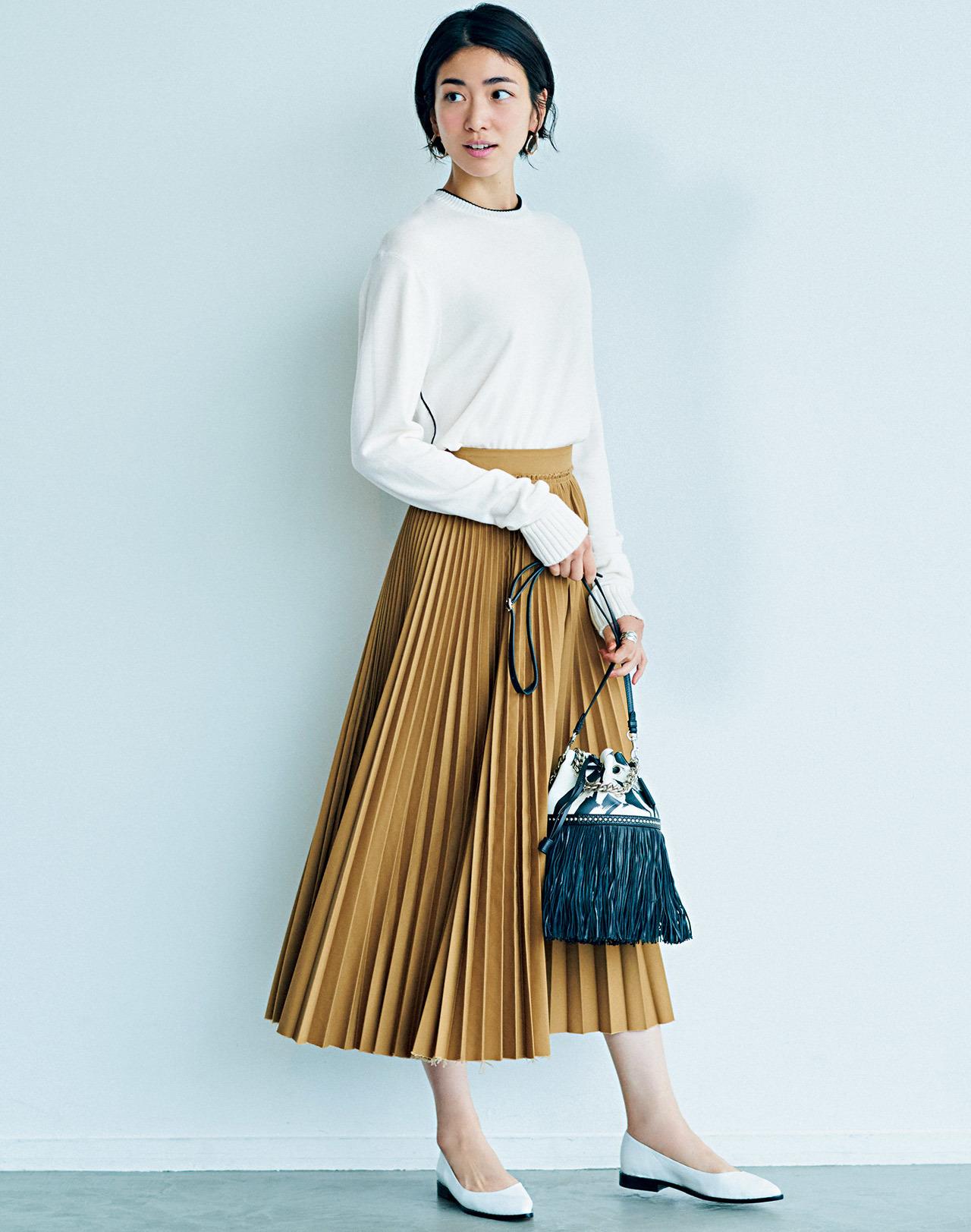 白ニット×ベージュのプリーツスカート×黒バッグコーデ