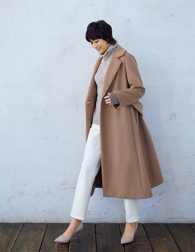 【Beige】素材のよさにうっとりする旬のベージュコート。体に添う美しいシルエットが魅力的