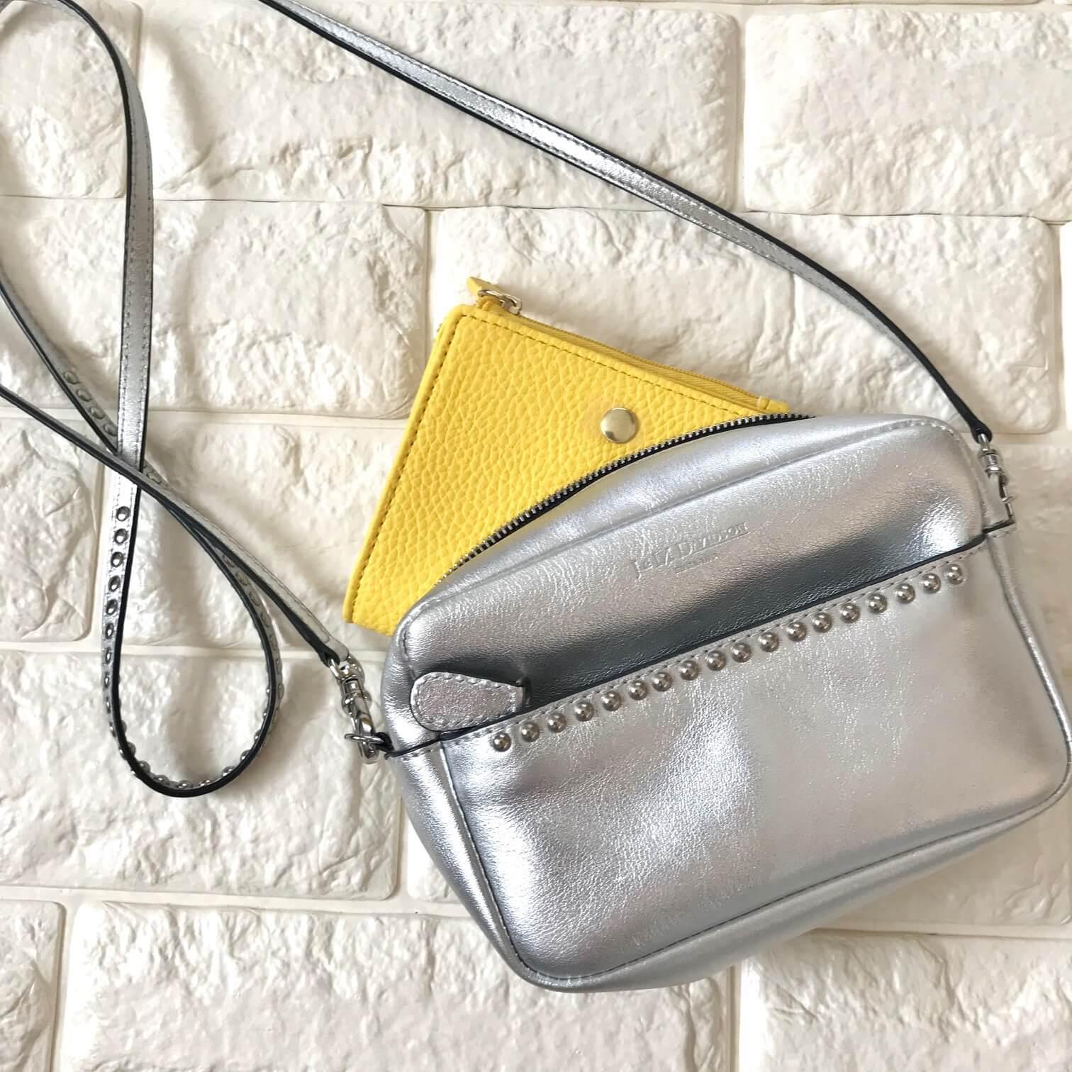小さいバッグにお財布を入れた画像