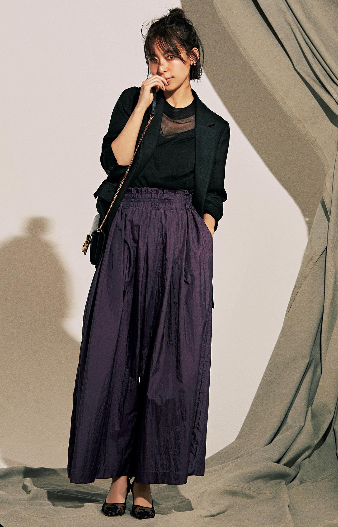 黒ジャケット×パープルのツヤパンツコーデを着たモデルの小泉里子さん