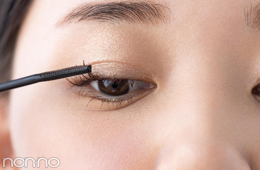3 ブラウンのマスカラで眼差しに優しさをプラス まぶたのきらめき度が高いぶん、まつげは柔らかな印象に。カラーはナチュラルなブラウン系を選び、根元からセパレートさせるようにサッと塗る。