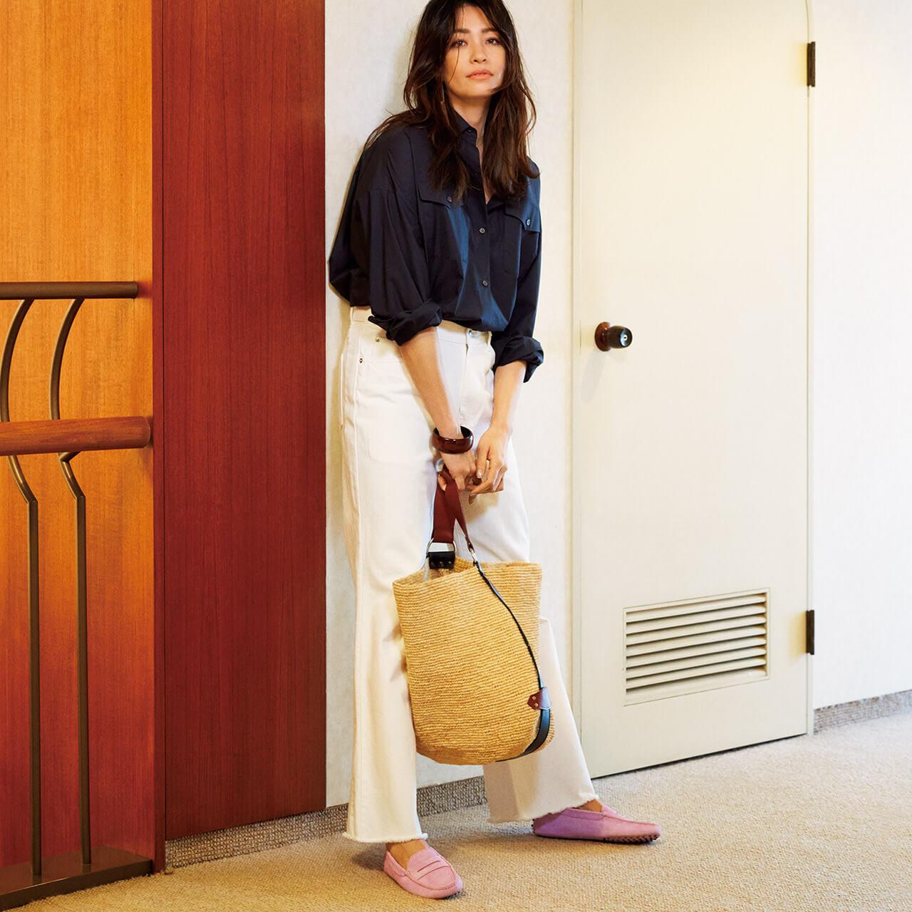 ストロー素材もビッグバケットバッグを持ったネイビーシャツ×白パンツを着こなすモデルのRINAさん