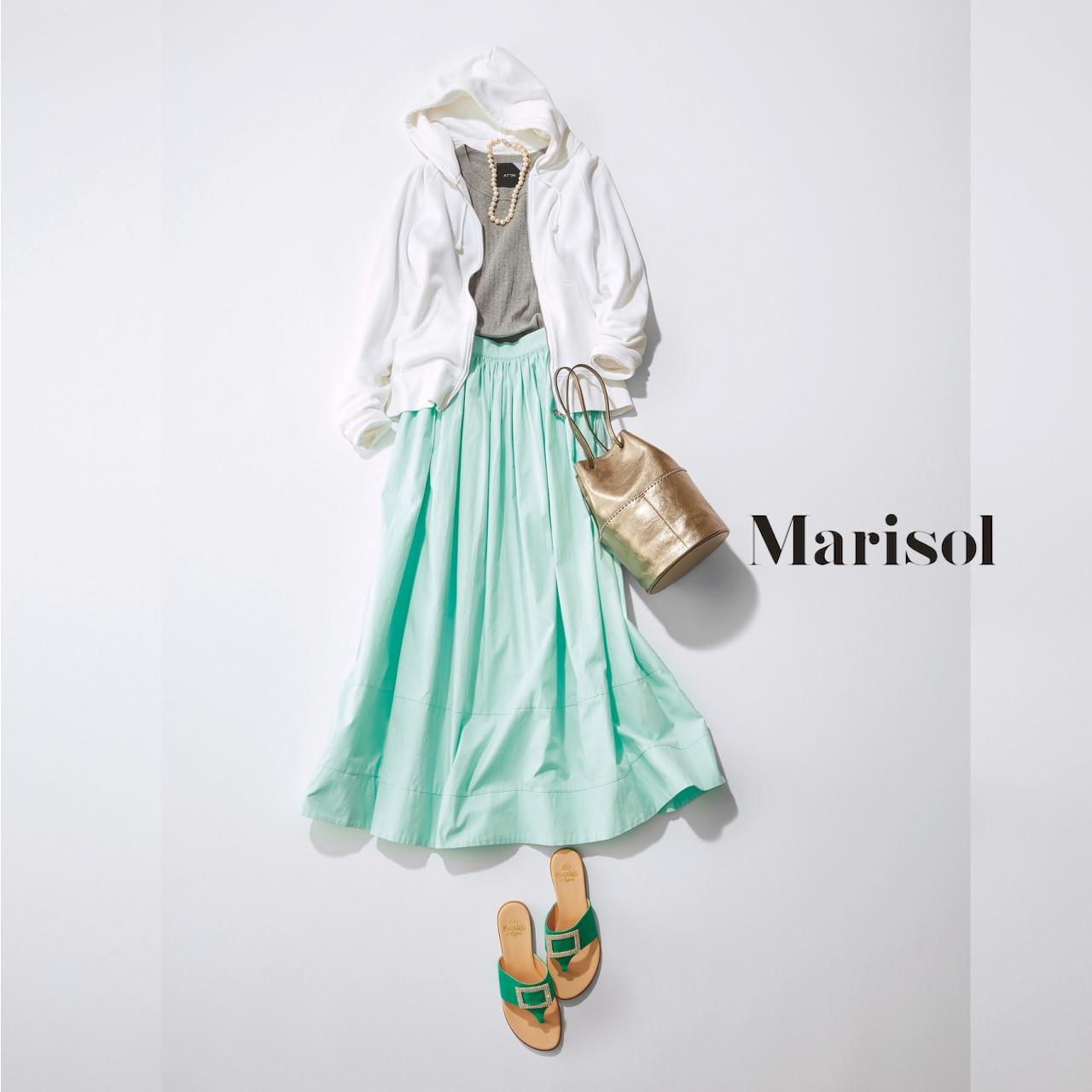 40代ファッション 白パーカ×きれい色スカートコーデ
