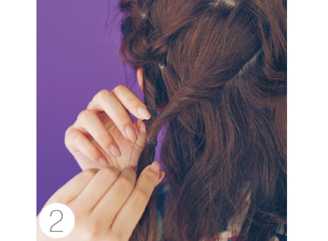 くるりんぱしたすぐ下の両サイドの毛を取り、またくるりんぱ。これをざっくり左右交互に繰り返す。途中髪を引き出しルーズに。
