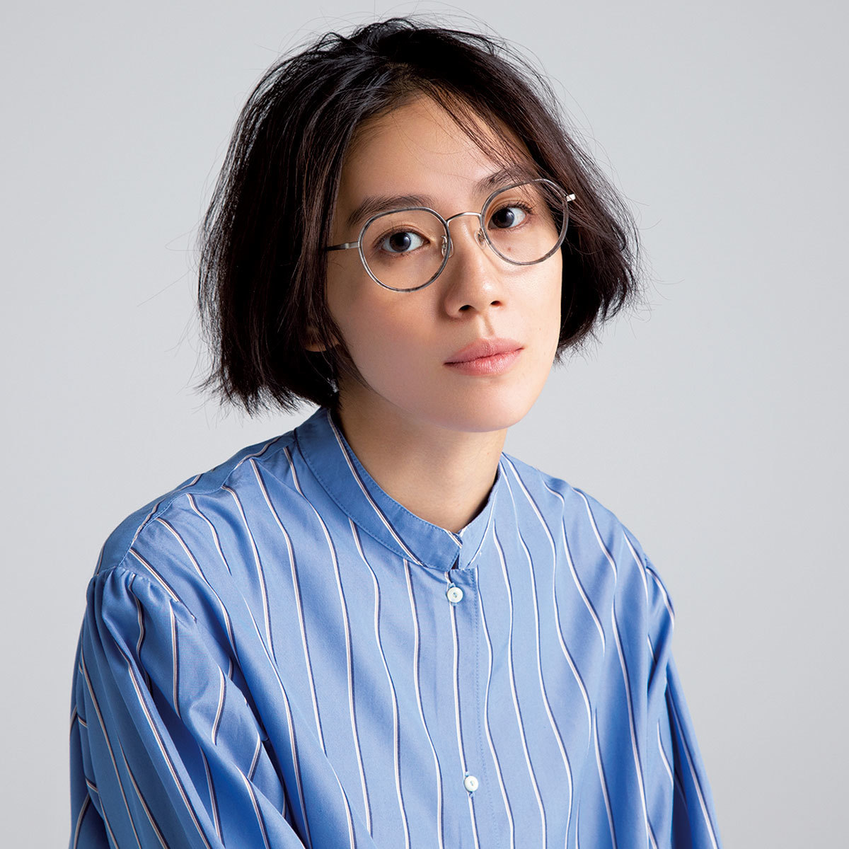 メガネヵケルシャツコーデを着たモデルの竹内友梨さん