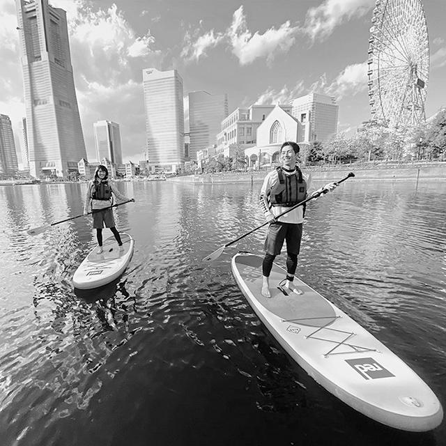 ボードの上に立って川や海を行く、水上スポーツ