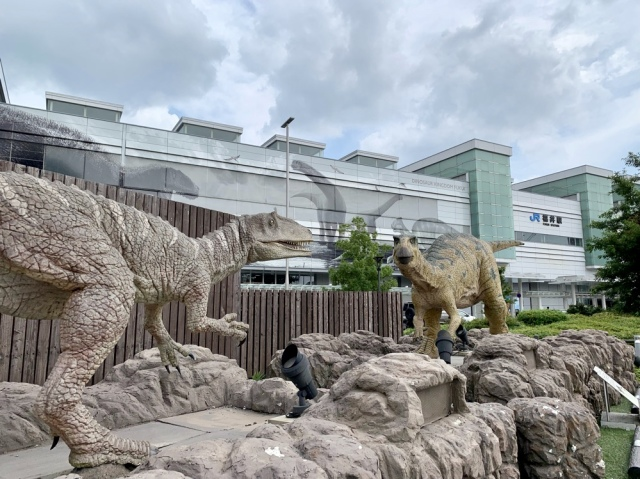恐竜押しがハンパないJR福井駅前。