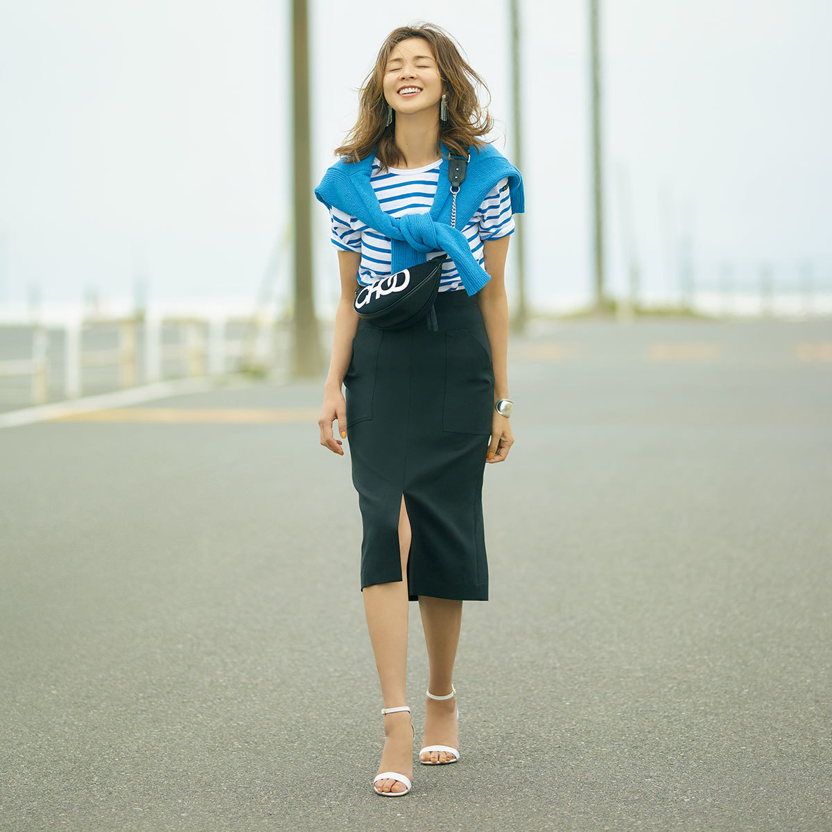 SHIHOが着るコバルトブルーを使ったスカートコーデ
