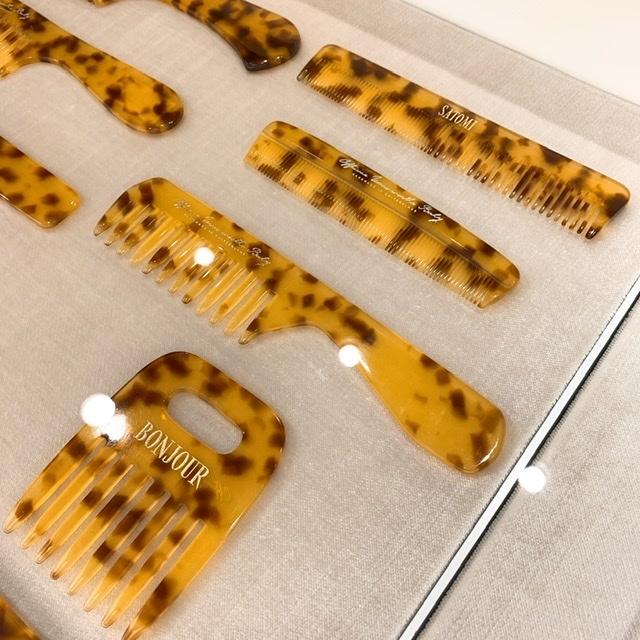 スイスの工房でハンドメイドされた櫛をベルベット調のケースに入れて。¥3,000~¥7,000。