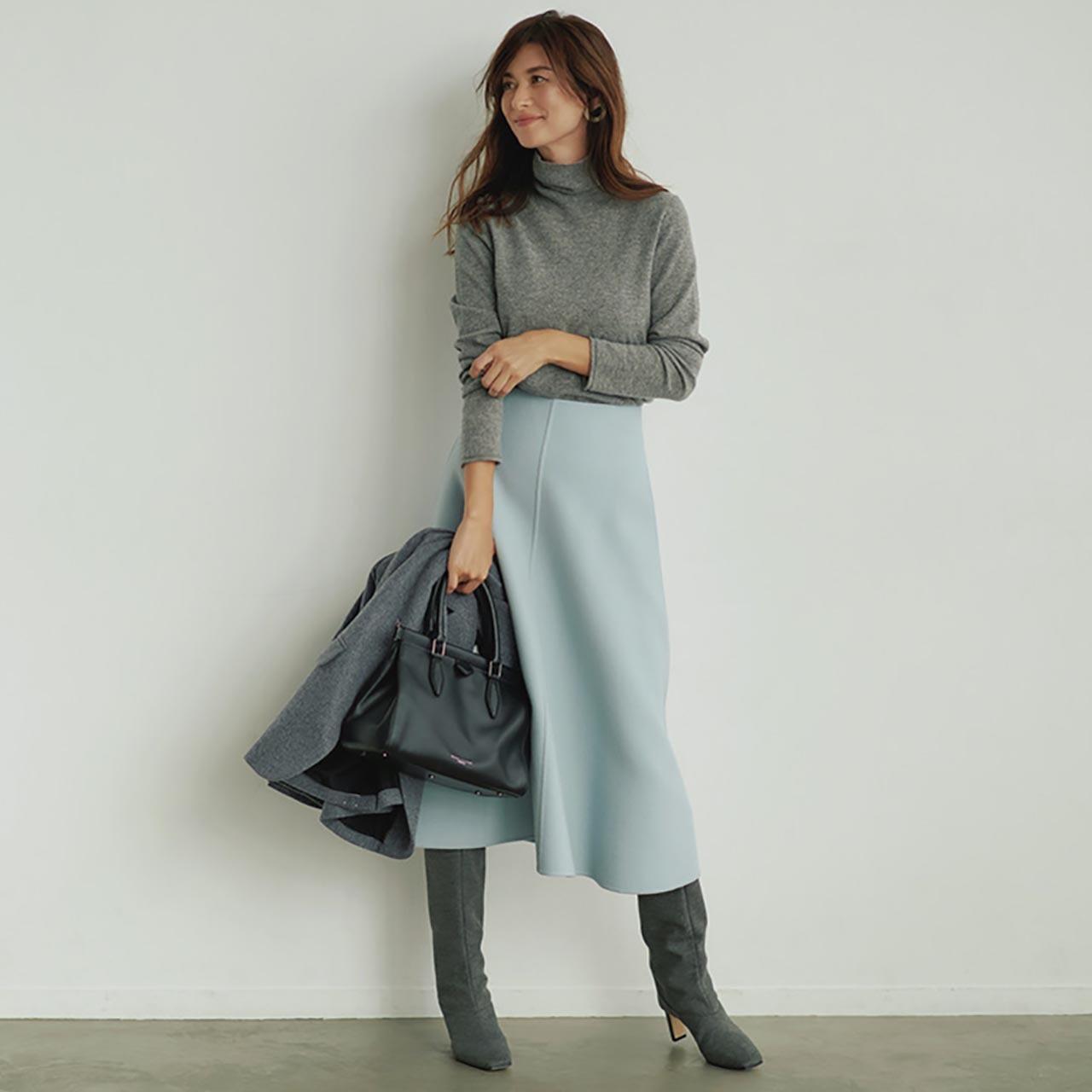 タートルニット×きれい色スカートコーデを着たモデルのブレンダさん