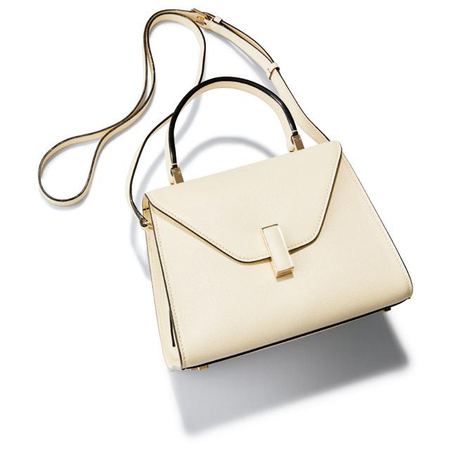 柔らかいホワイトが華やぎもクラスアップも約束する。 バッグ(H16.5×W22×D12cm)¥345,000/ヴァレクストラ・ジャパン(ヴァレクストラ)