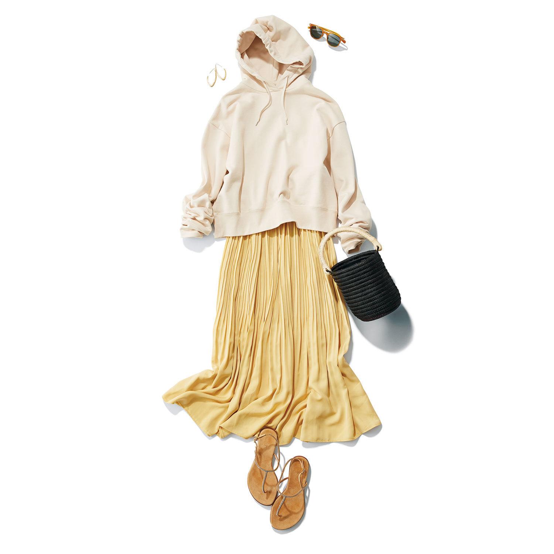 イエロープリーツロングスカートとフーディのコーデ