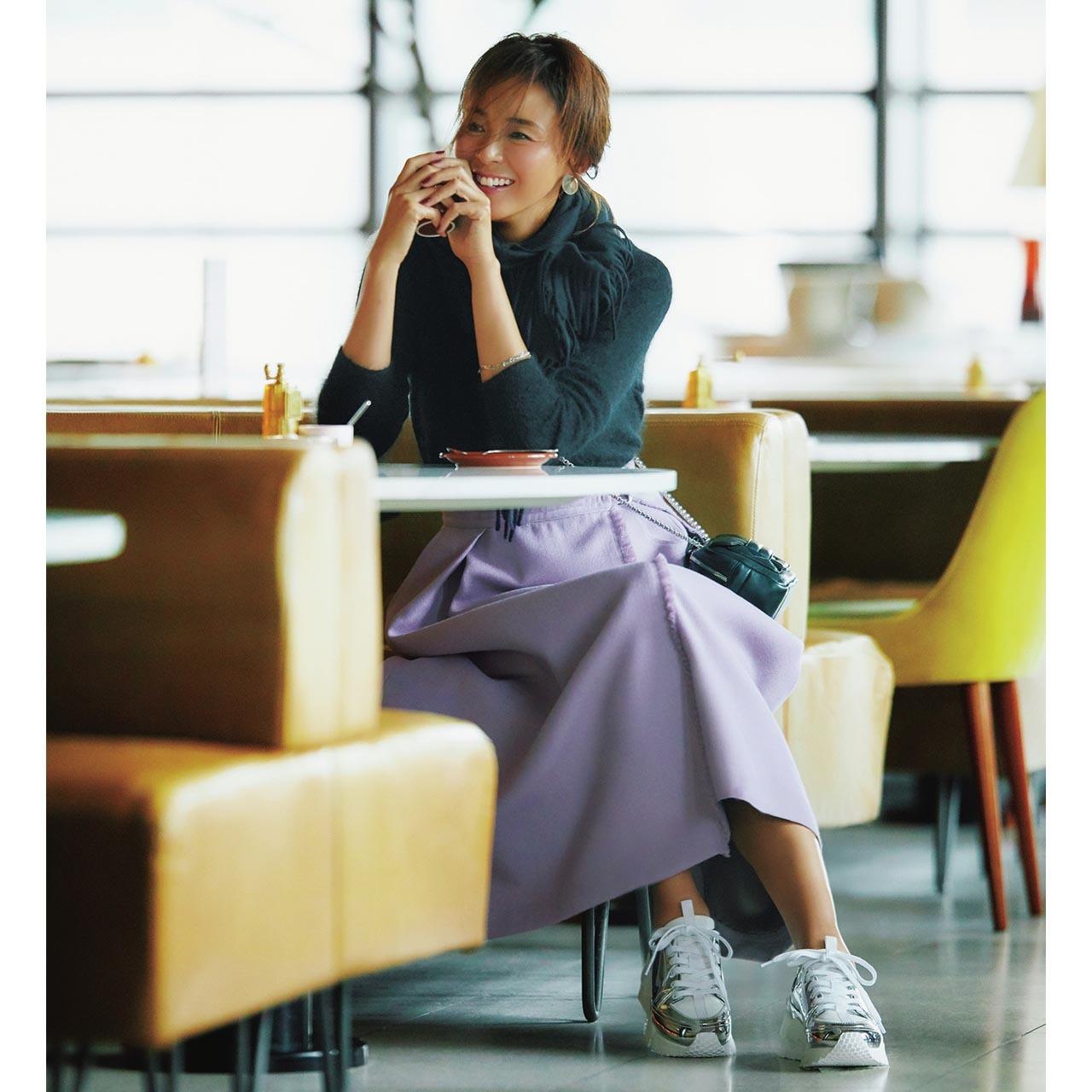 シルバーのスニーカー×ニット×スカートコーデを着たモデルのSHIHOさん