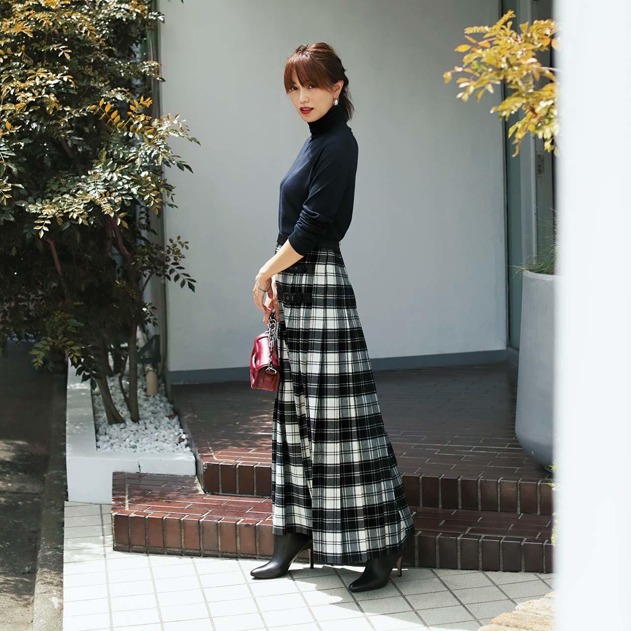 黒ニット×チェック柄スカートのファッションコーデ