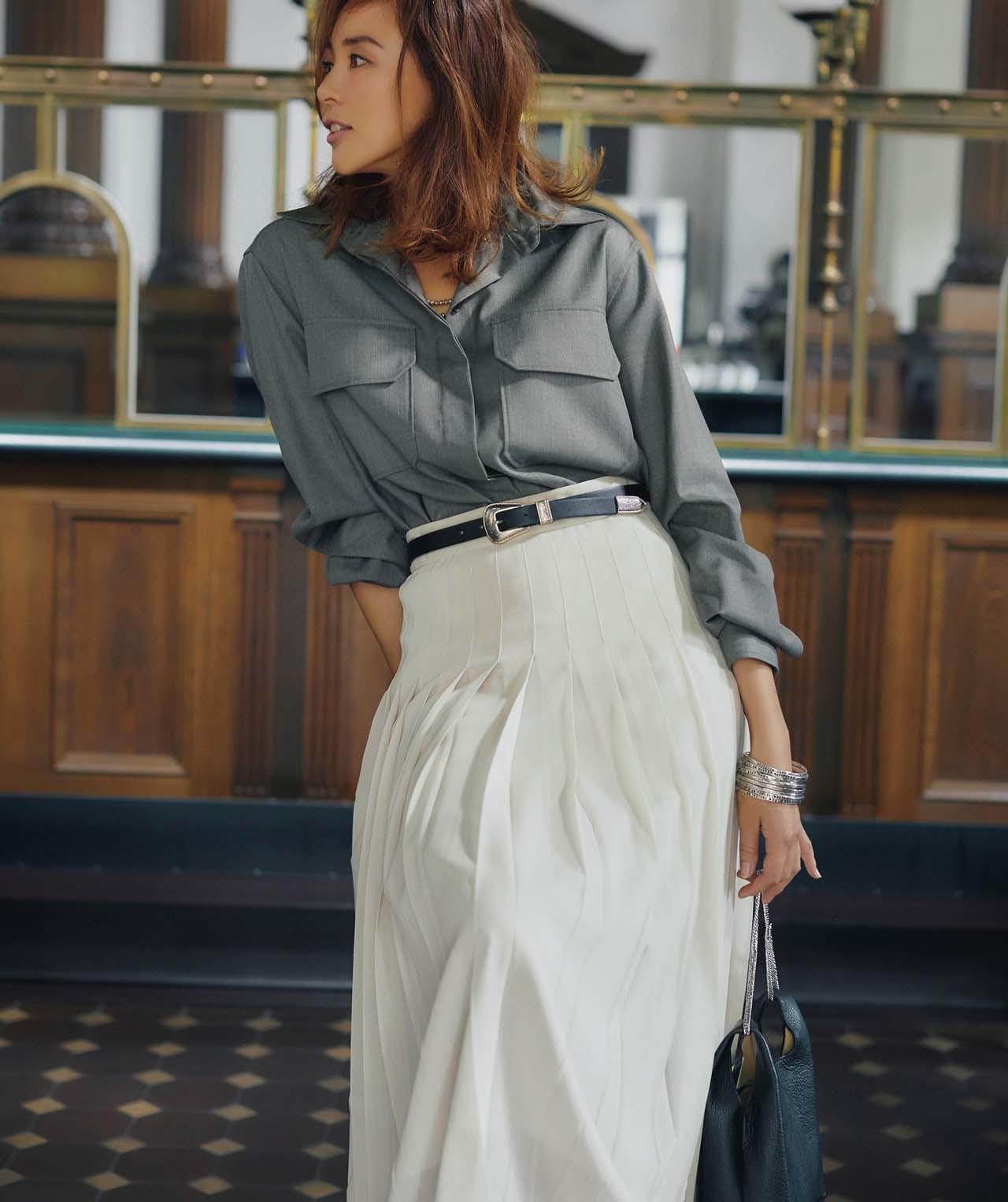 グレーシャツ×白プリーツスカートコーデを着たモデルのSHIHOさん