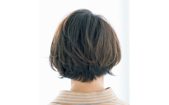 うねりグセをカバーするサイドパートのショートヘア