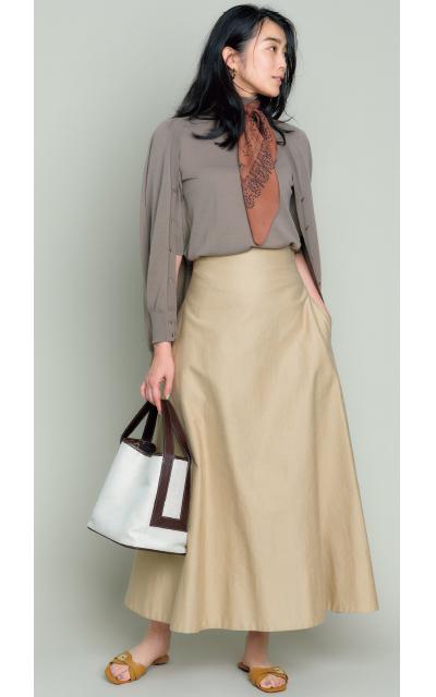 張りのあるチノ素材がトラッドな雰囲気のベージュスカート