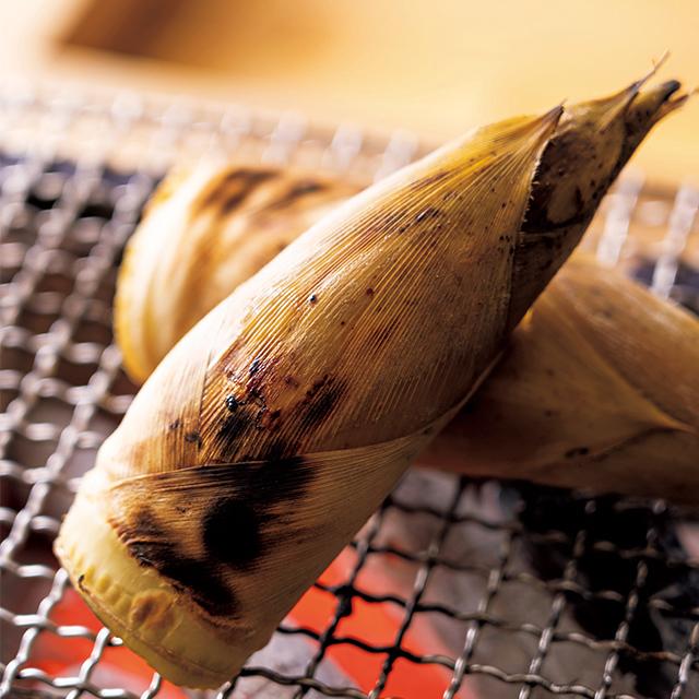 丸のまま30分ほど焼き上げる筍
