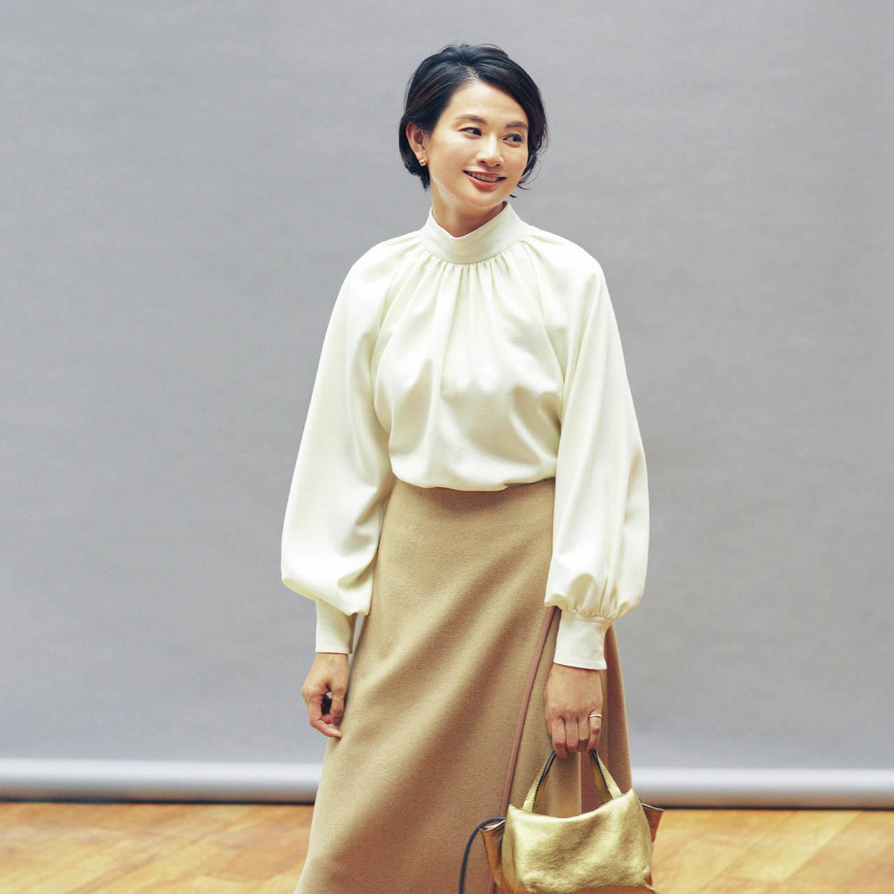 スタンドカラーのブラウス×スカートコーデを着用した渡辺佳子さん