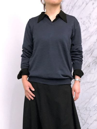 〈シャツをインに〉 モデル身長:155cm、ニットはサイズ4を着用
