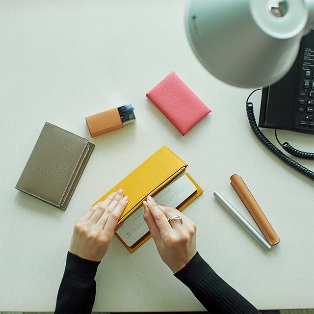 エグゼクティブ御用達、エルメスのジップつき手帳カバーに新色が登場