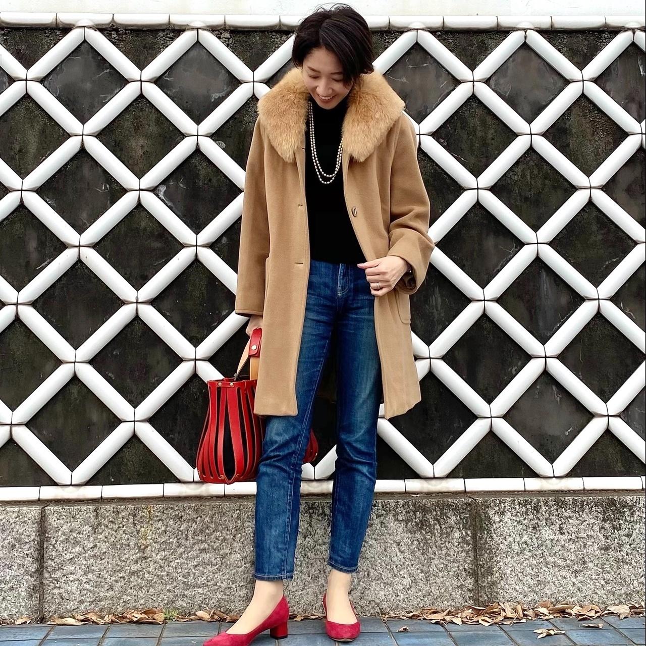 カジュアルな服装にファー付きコートの組み合わせ