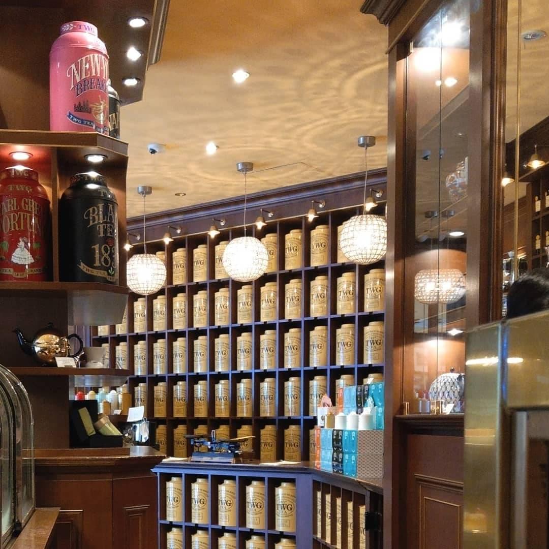 紅茶の缶が並ぶ素敵な店内の様子
