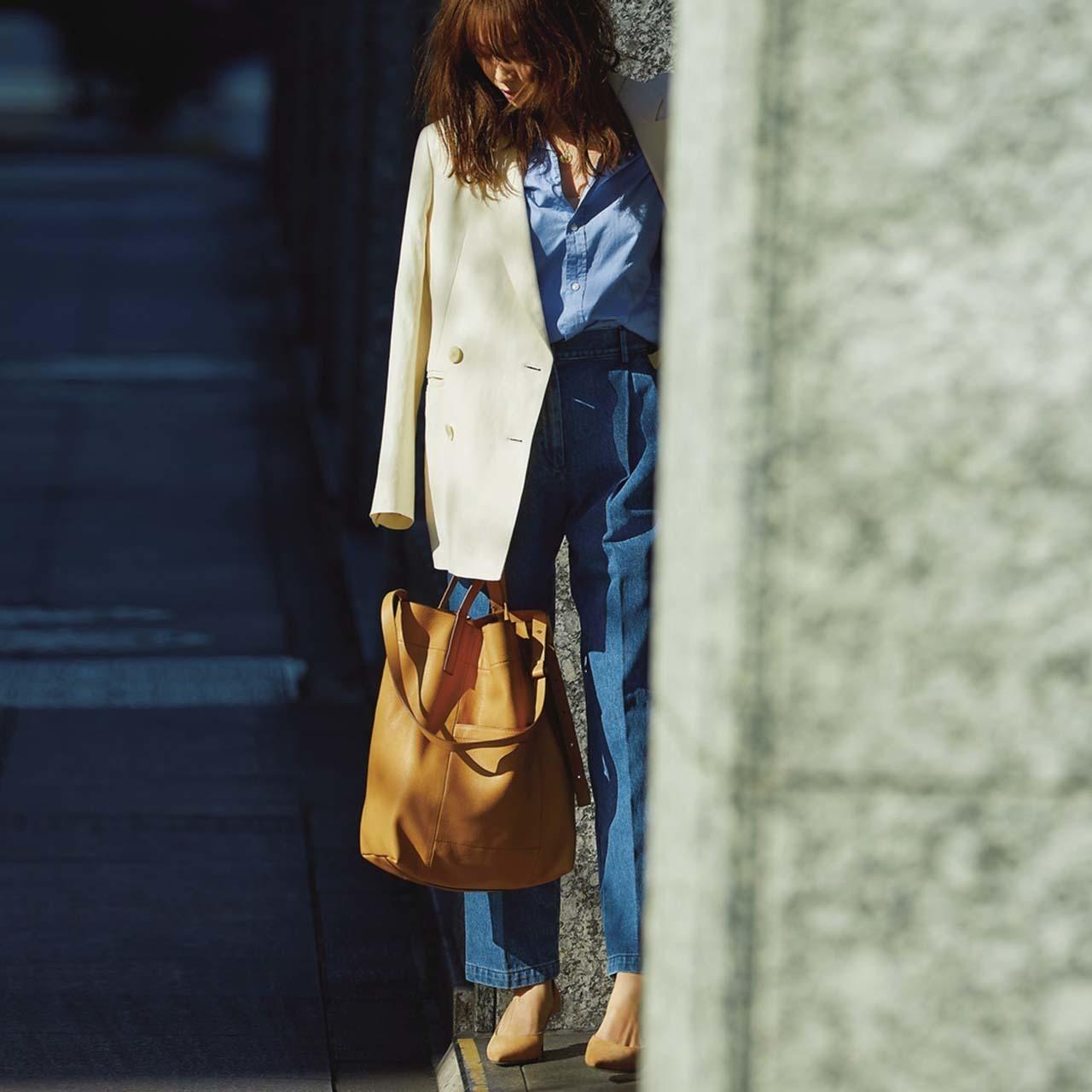 ジャケット×ブルーのシャツ×ブルーのパンツコーデを着たモデルの蛯原友里さん