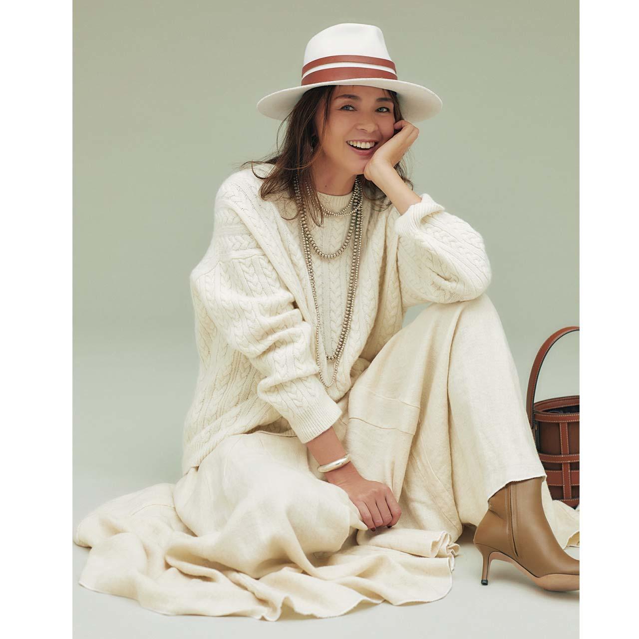 白のケーブルニット×白のロングスカートコーデのモデルのSHIHOさん