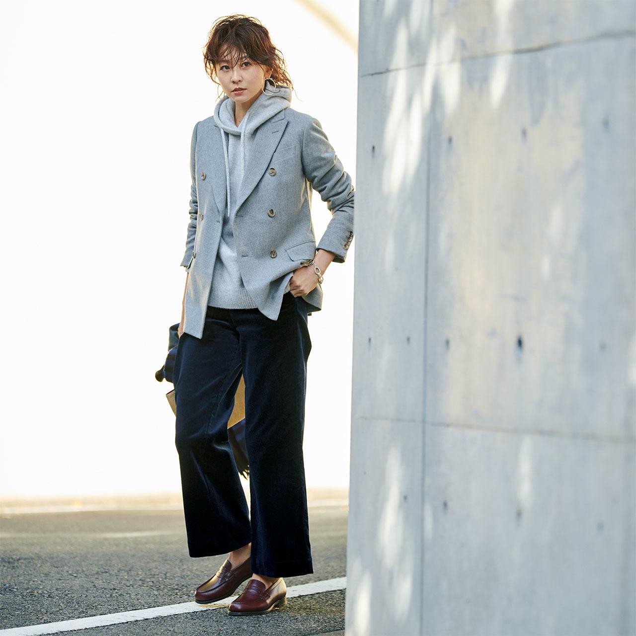 テーラードジャケット×コーデュロイスカートコーデを着たモデルの五明祐子さん