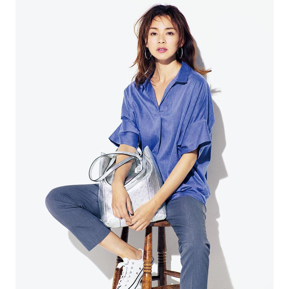 ブルーのスキッパーシャツ×パンツ×白のローカット・コンバースコーデ