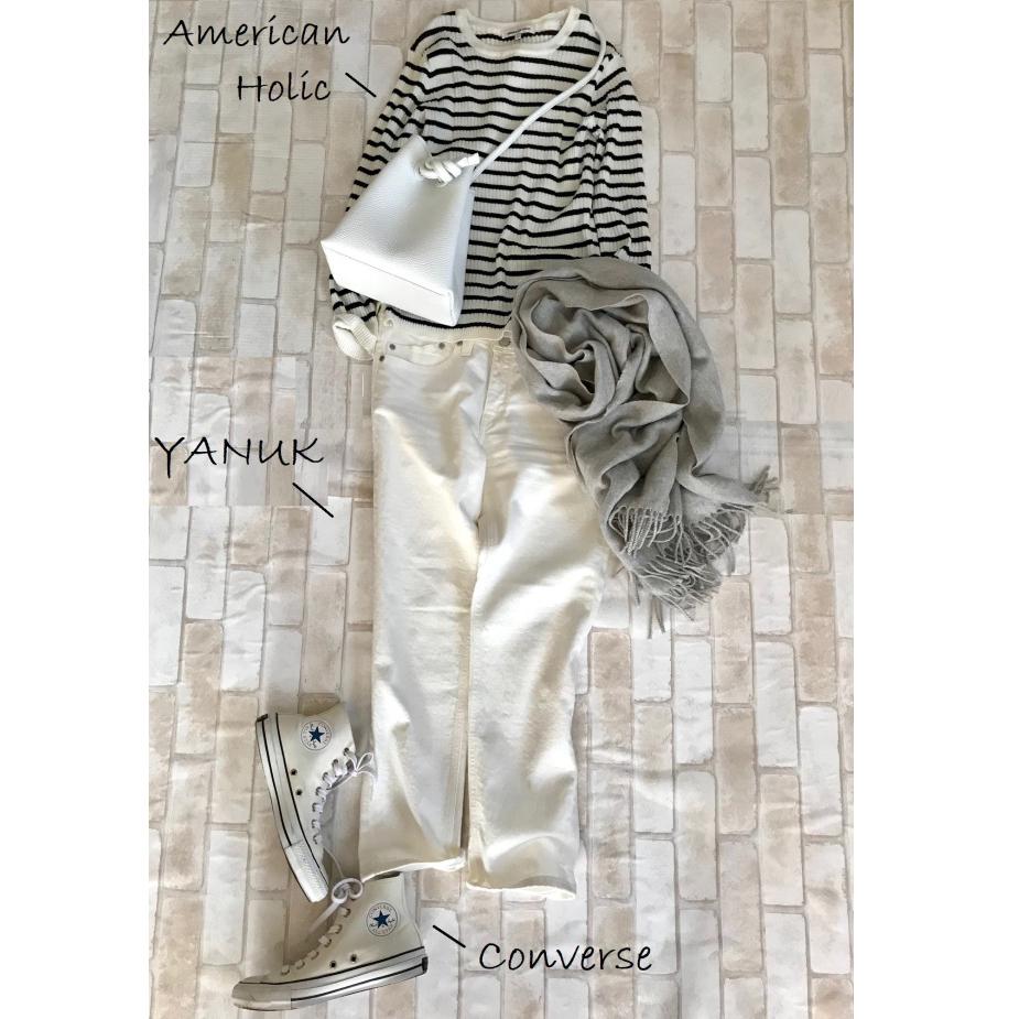 白コンバースのハイカットスニーカー×ボーダートップス&白デニムパンツのファッションコーデ