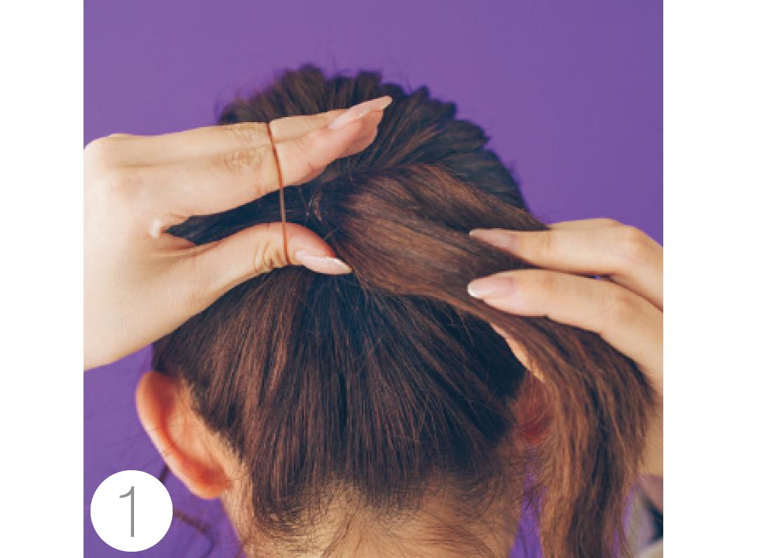顔回りの後れ毛を少し残し、ざっくり手ぐしで一つにまとめ、耳の高さでポニーテールにする。