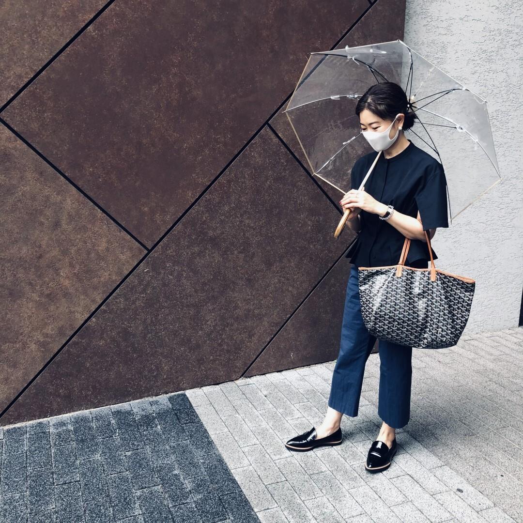 サードマガジンの傘  ゴヤールのトートバッグ  ダイアナのエナメル風ローファー 三尋木奈保