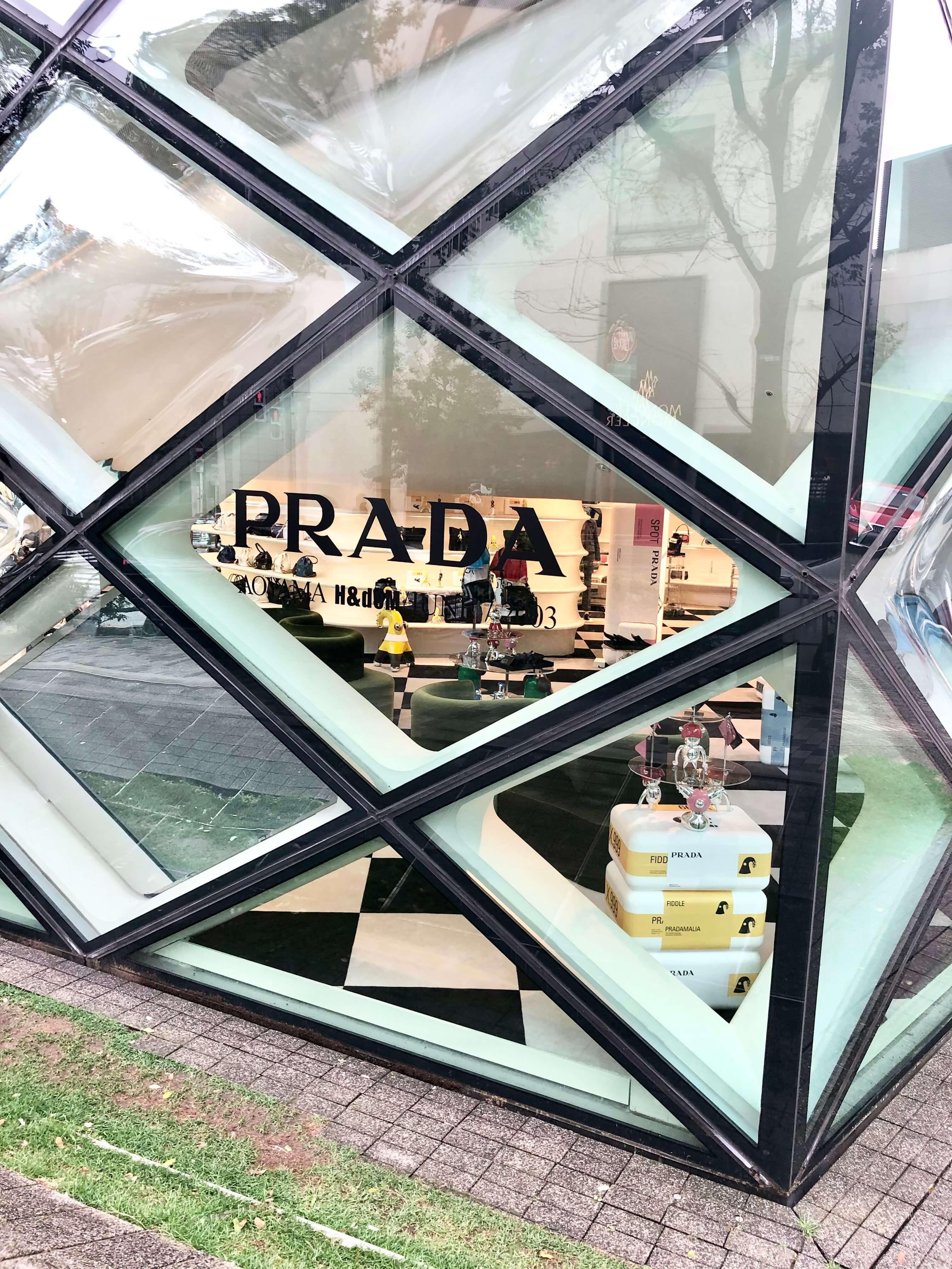 PRADA青山店ビルのロゴ。