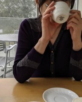 食後のコーヒーを飲むわたくしヒタスラマダムです