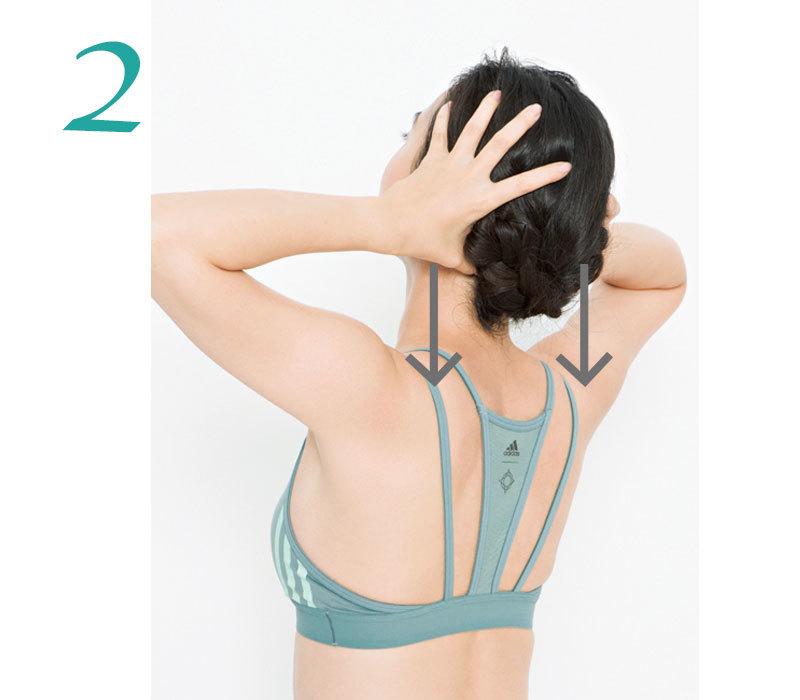 2. 後頭部の首のつけ根のくぼみに左右の親指を当て、頭を後ろに倒して圧をかけ10秒キープ。これを3回。