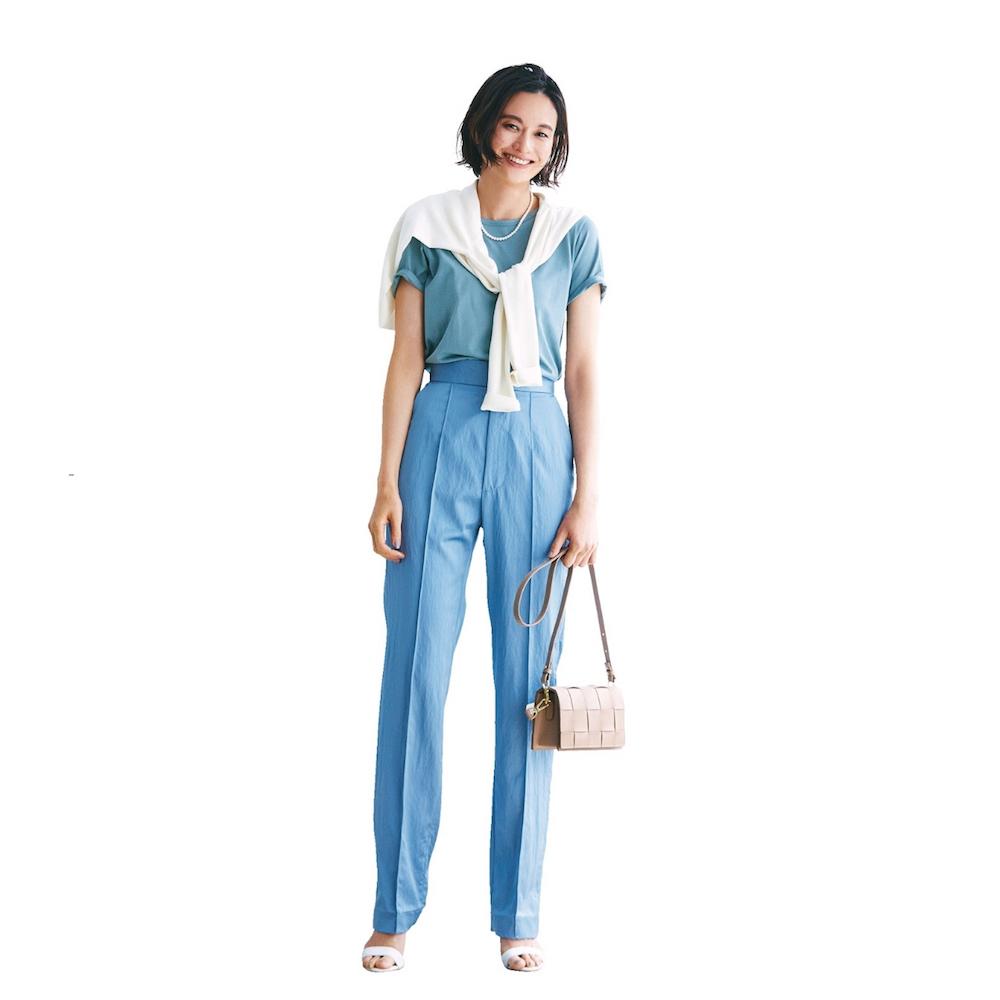 ブルーTシャツ×センターシームパンツのワントーンコーデ