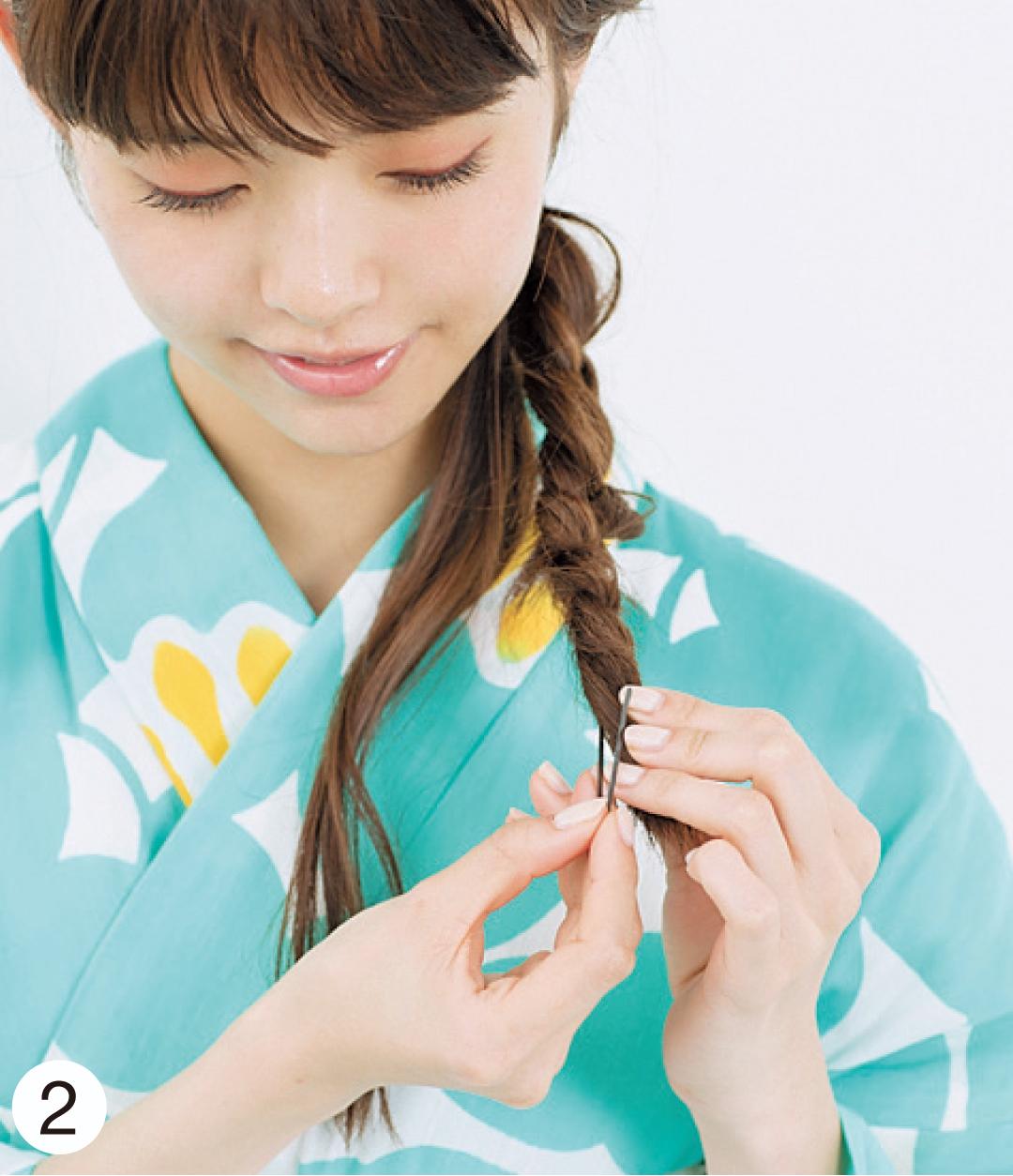 リンクのみ除外 毛先まで三つ編みを作ったら毛先を軽くねじり、下→上に向かいピンで固定。編み目の両端を引き出すように崩し、ニュアンスを。
