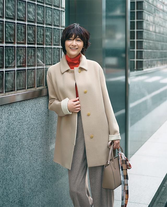 カシミヤ混のコートはベージュの濃淡でさりげなく差をつけて
