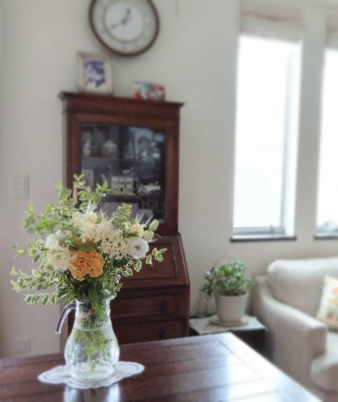ケイトウ、リコリスといった秋の花を束ねたブーケ。イギリスのアンティーク家具との相性もぴったり♪