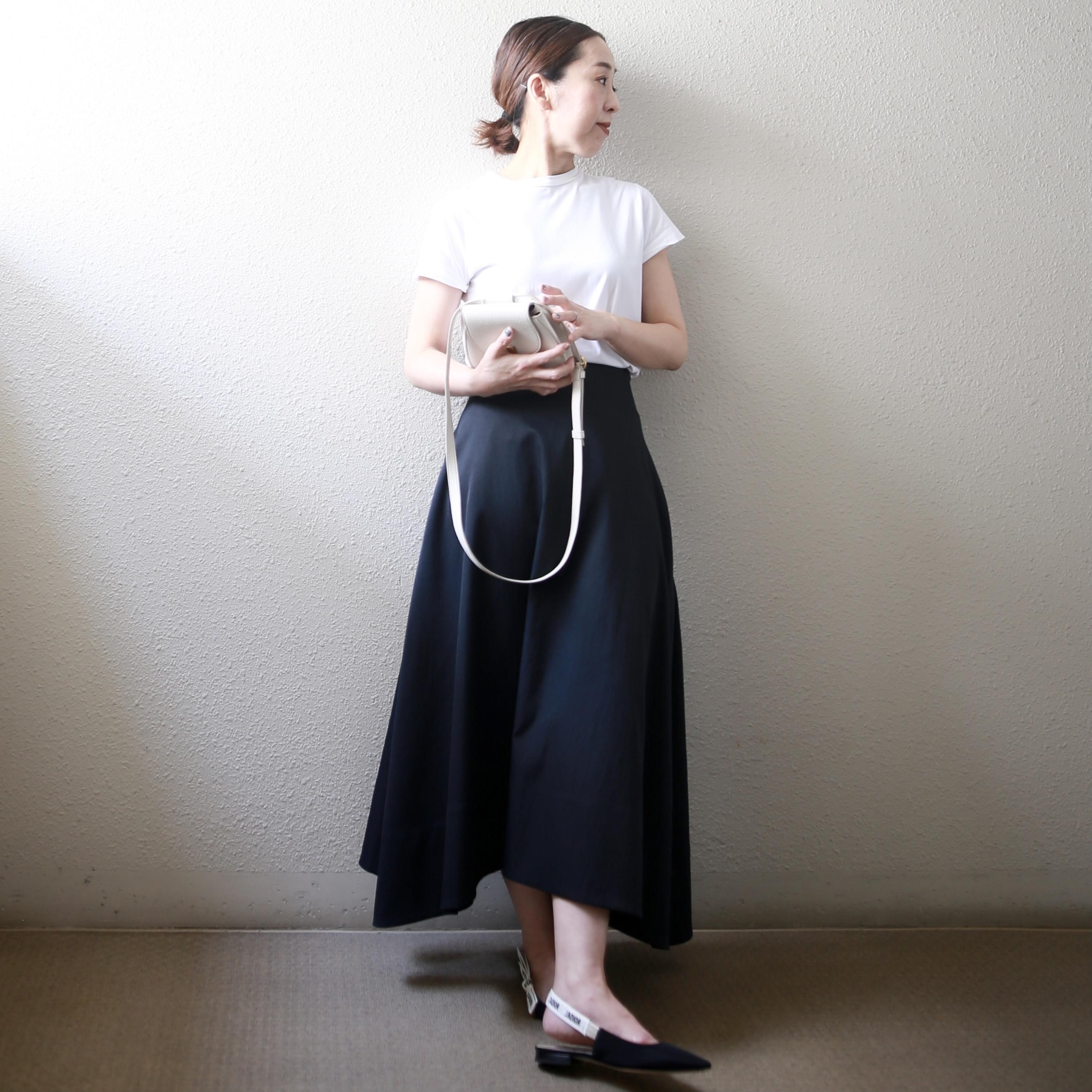 スカートの甘さを中和してくれるベーシックな白Tシャツ