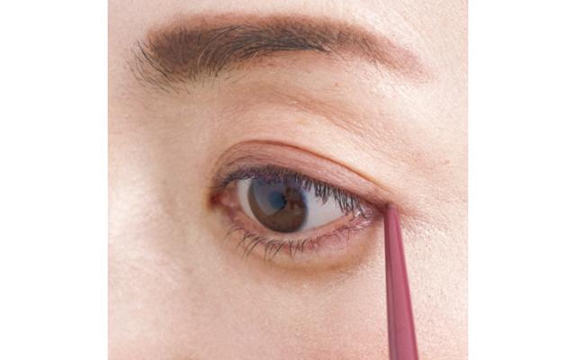 目じり側は特にくすみが目立つポイント。赤系ラインを描いたあと、綿棒でなぞってぼかせば目立たない。