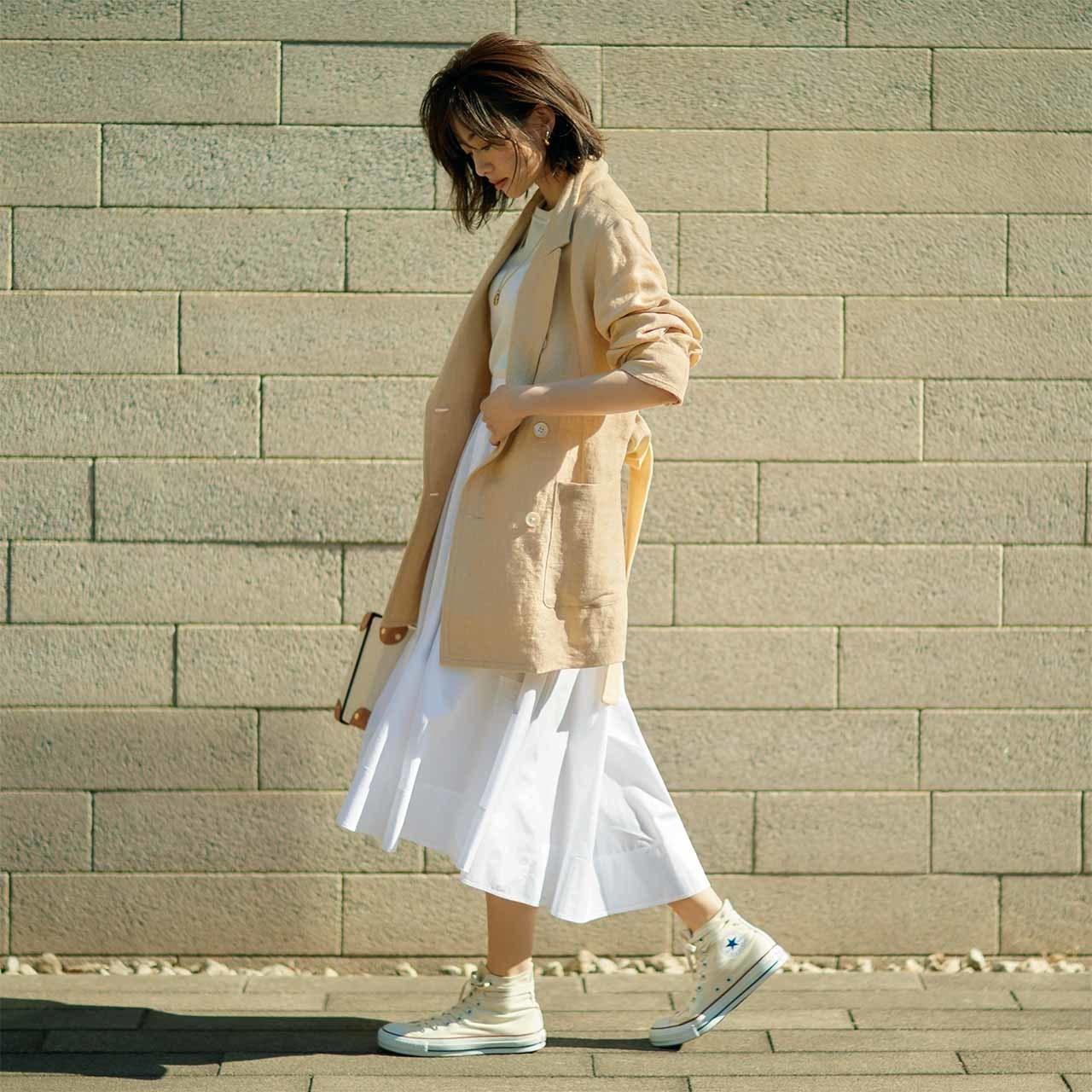 ベージュのリネンジャケット×ミディ丈の白スカートコーデ