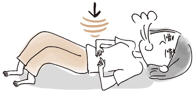息を吐きながら、ゆっくりと片側の足をまっすぐ上げる。床と平行にして水平に