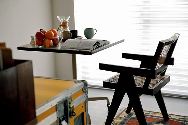 イームズのテーブルとピエール・ジャンヌレのチェアを置いた窓辺のコーナー。