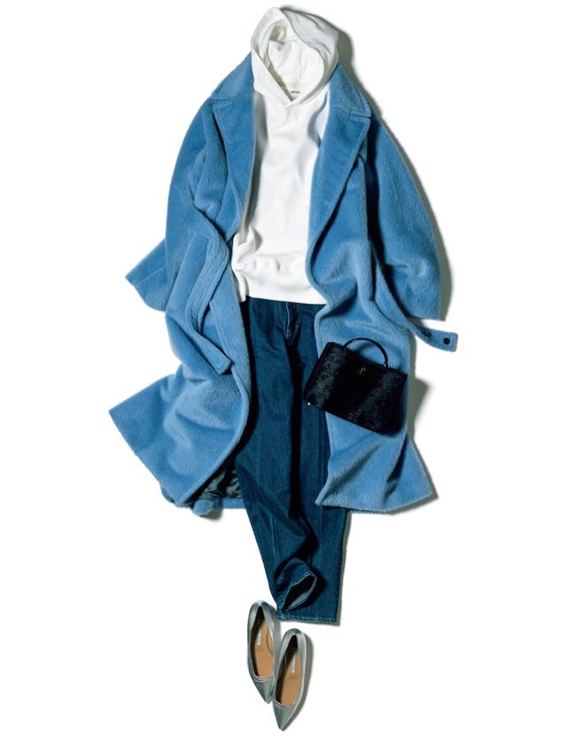 旬なブルーとボリューム感でパッと目をひく主役コート