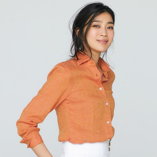シャツ¥33,000(参考価格)/アマン(フィナモレ) スカート¥18,000/エストネーション