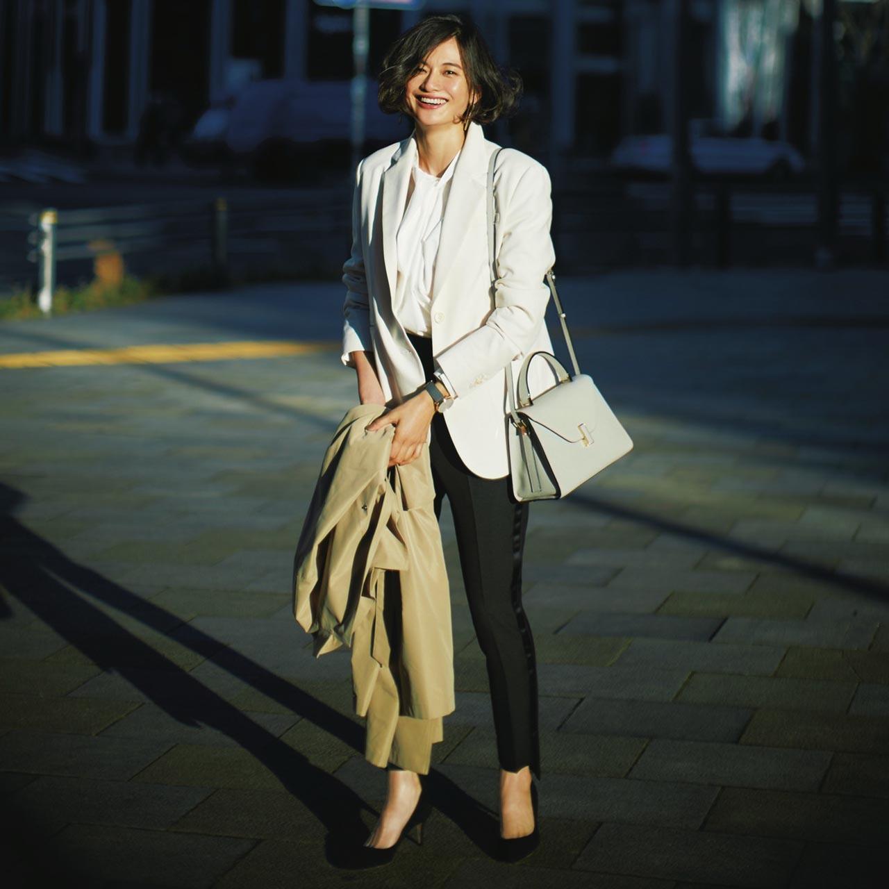 ロングジャケット×ブラウス×黒パンツコーデを着たモデルの渡辺佳子さん