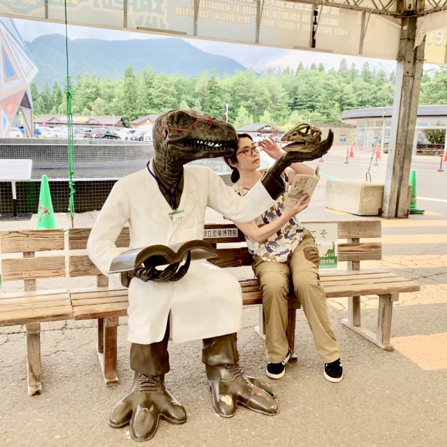この恐竜博士、東京は表参道の福井アンテナショップ前にもいるよね。